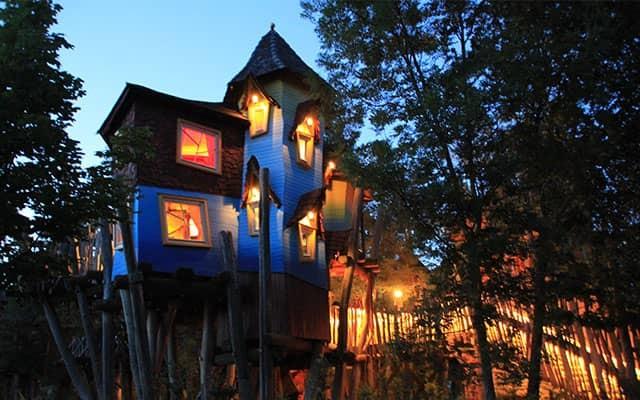 Baumhaus-Hotel bei Nacht