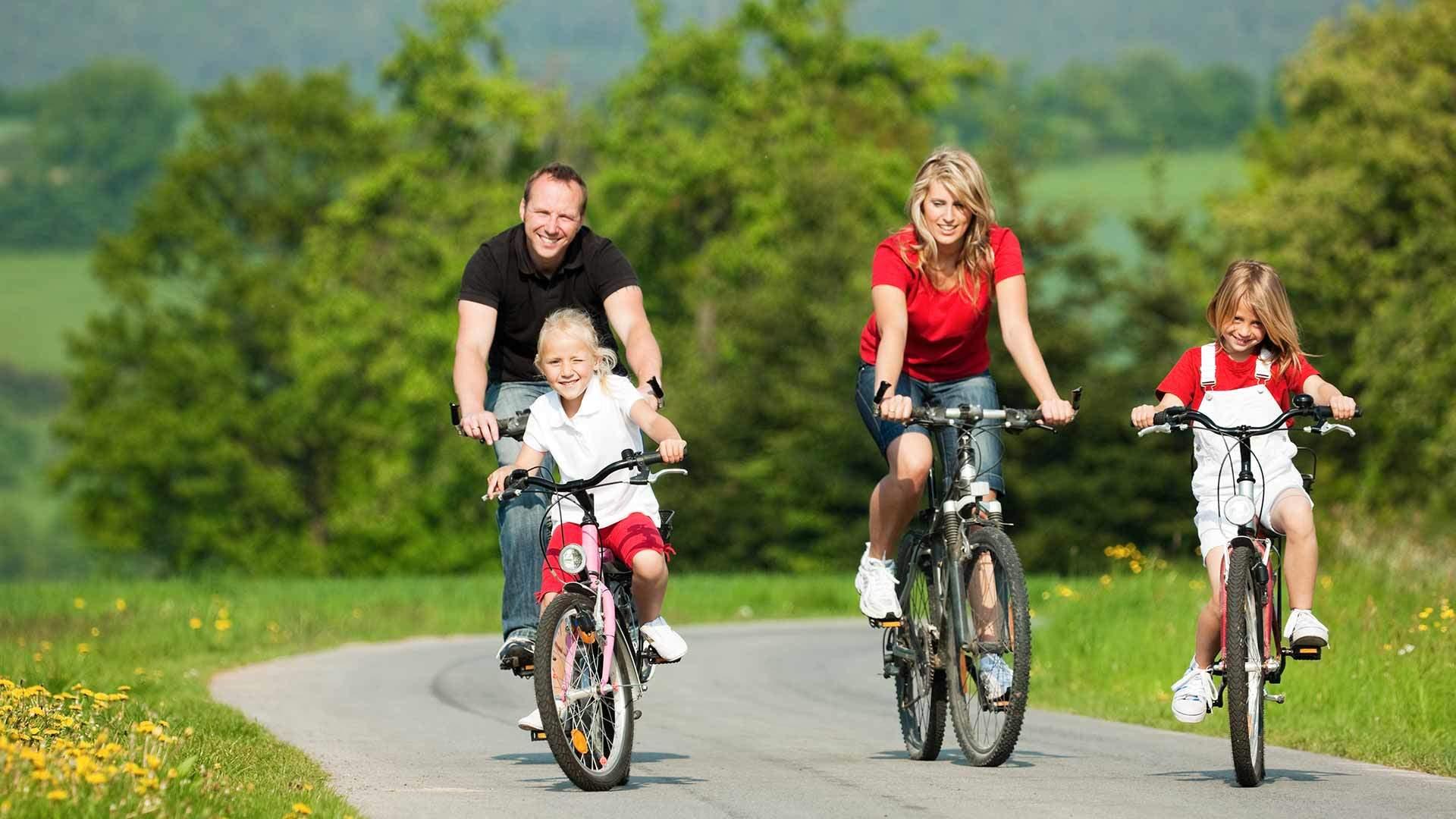 Familie auf E-Bike